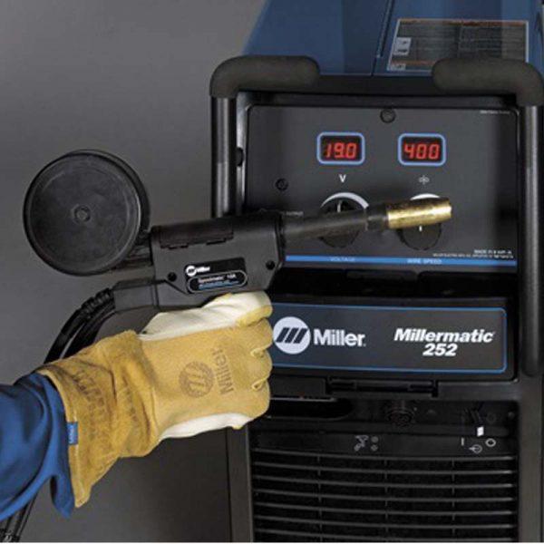 """Equipo de Soldar MIG Miller Millermatic 252, la soldadura más duradera en aplicaciones de alta gama. Control de voltaje infinito con medidores digitales autocalibrados que permiten preconfigurar el voltaje y la velocidad de alimentación de alambre. Garantiza parámetros exactos y precisión. Características del Equipo de Soldar MIG Miller Millermatic 252 Procesos: Flux Cored (FCAW) MIG (GMAW) Industrias de interés en Colombia: Auto / Ciclo (Carreras , Personalización , Restauración ) DIY / Inicio aficionado Granjas y Ranchos Fabricación Arte / Esculturas de metal. Tipo de corriente: DC Entrada de hz: 60 Hz Fase de entrada: 1 - Fase Portabilidad: Carro de ruedas / Carro ( Estándar ) Dimensiones: Altura neta: 30 """" Longitud neta : 40"""" Ancho neto: 19 """" Voltaje de entrada: 208 V 220/230/240 V Peso: 205 lbs Voltaje de circuito abierto Max: 38 VDC Rango de Amperaje: 30 A - 300 A Espesor de material: Acero dulce 22 ga - 0,5 """" Acero dulce 0,9 mm - 13 mm Aluminio calibre 14"""" - 0,38 """" Aluminio 1,9 mm - 9,5 mm Velocidad de Alimentación de Alambre: 50 -700 IPM (1.3 - 17.8 m/min ) Diámetro del cable: Acero solido 0.023 """" 0.045 """" Inoxidable 0.023 """" 0.045 """" Flux cored 0.03 """" 0.045 """" Acero solido 0.6 mm 1.2 mm Inoxidable 0.6 mm 1.2 mm Flux Cored 0.6 mm 1.2 mm Salida nominal: 200 A at 28 VDC 60% ciclo de trabajo 250 A at 28 VDC, 40% ciclo de trabajo Descargue la Ficha Técnica del Equipo de Soldar MIG Millermatic 252"""